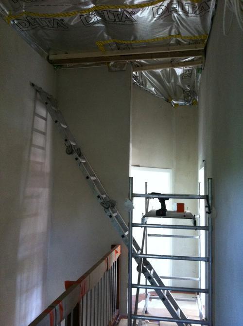 Dachausbau: der Leiter und die Bühne machen das Anbringen von Platten möglich.