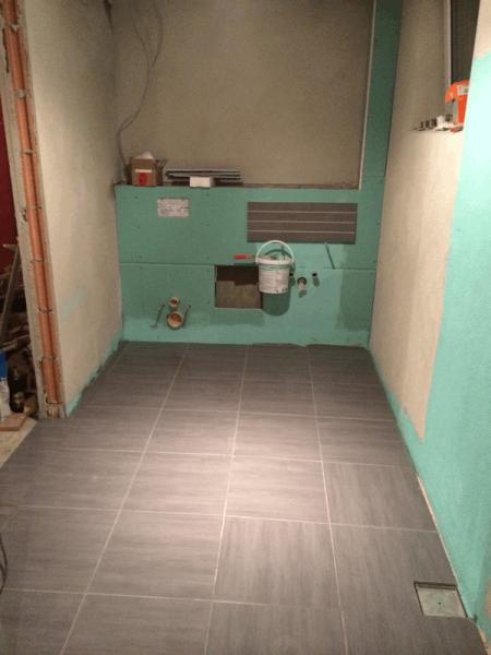 der duschraum in der sauna mit einer bodengleichen dusche. Black Bedroom Furniture Sets. Home Design Ideas