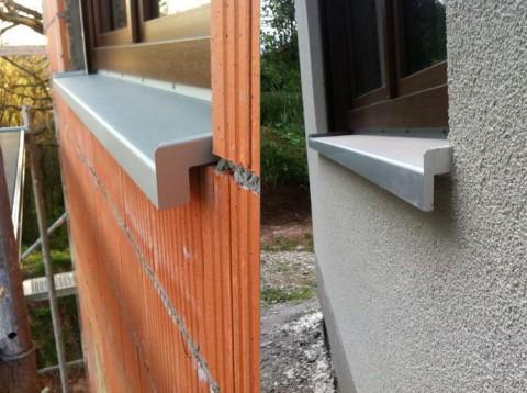 Fensterblech mit der manuell gekürzten Seitenabdeckung