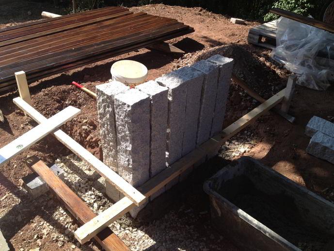 Ausrichten von Granitpalisaden vor dem Betonieren