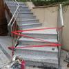 Frischgeklebte Granitstufen vom Betreten schützen.
