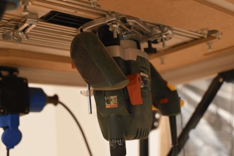 Die Oberfräse montiert auf dem Arbeitstisch