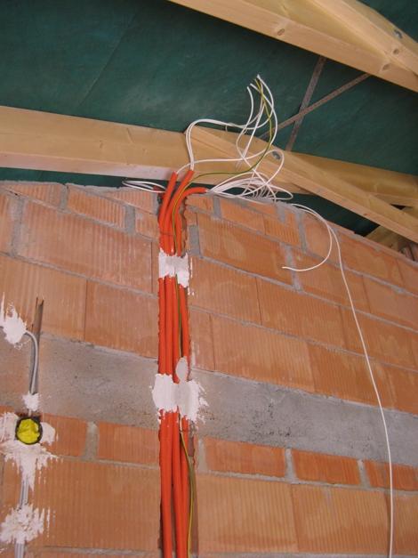 Satkabel im Schutzrohr zum Dach