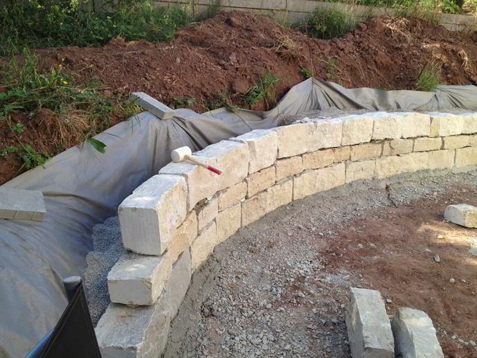 gartengestaltung trockenmauer aus naturstein bauen