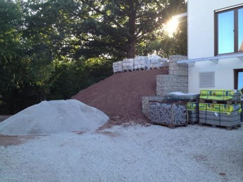 Gartengestaltung Ausgangssituation - Naturstein, Pflaster, Kies geliefert