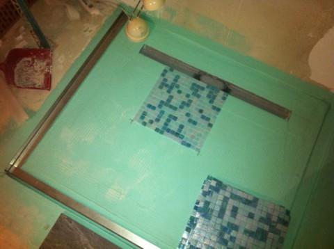 Bodenbündige Dusche: Fliesen mit Mosaik