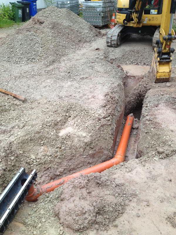 Entwässerungsrinne angeschloßen an die Revisionsschacht