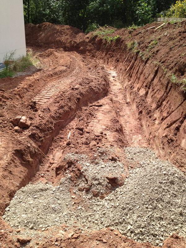 Fundament für die Natursteinwand aus Schotter