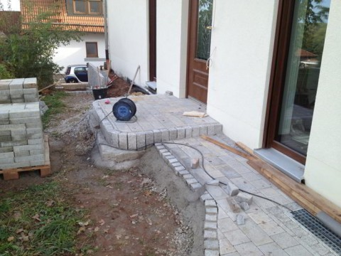 Gartenweg und Hauseingang gepflastert