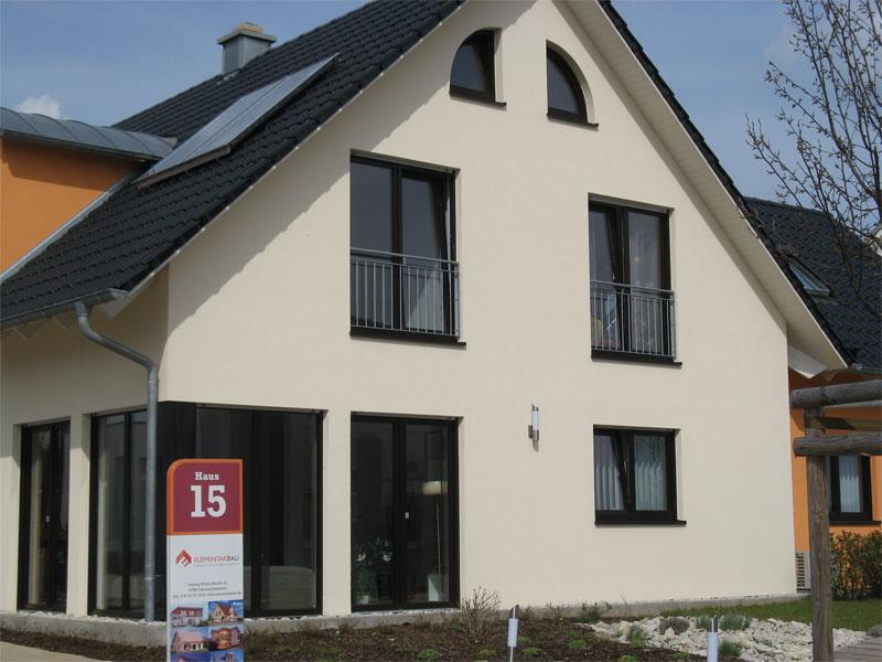Haus mit dunklen Fenster und Dachziegel