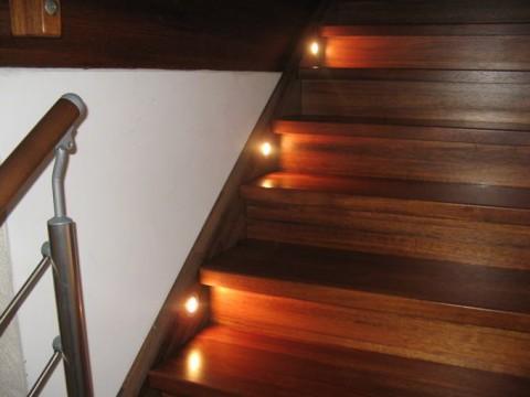 Beleuchtung der Treppe mit Einbauleuchten