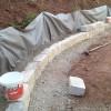 Erste Reihe der Trockenwand aus Naturstein